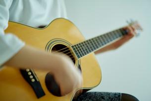 ギターを弾く女性の写真素材 [FYI02059520]