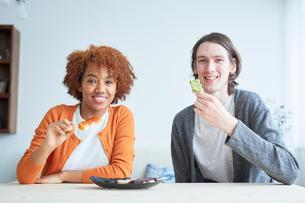 串団子を食べる外国人カップルの写真素材 [FYI02059531]