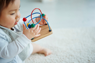 おもちゃで遊ぶ赤ちゃんの写真素材 [FYI02059532]