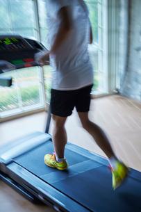 ランニングマシーンでトレーニングするシニア男性の写真素材 [FYI02059539]