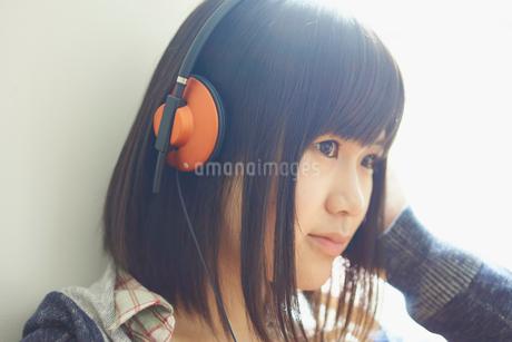ヘッドフォンで音楽を聴く10代女性の写真素材 [FYI02059552]