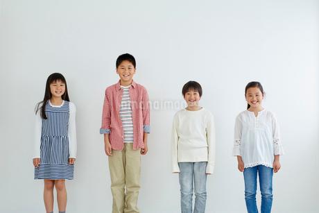 日本人小学生男女4人の写真素材 [FYI02059556]