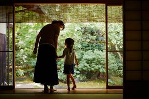 手をつなぐ女の子と母親の写真素材 [FYI02059558]