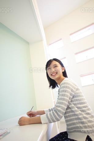 勉強をする女の子の写真素材 [FYI02059562]
