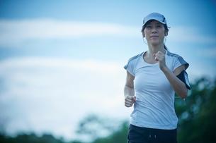 ランニングをするミドル女性の写真素材 [FYI02059563]