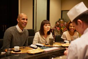 寿司屋で食事をする外国人の写真素材 [FYI02059567]