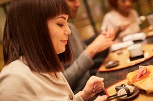 寿司屋で食事をする外国人の写真素材 [FYI02059571]