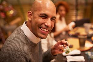 寿司を食べる外国人男性の写真素材 [FYI02059575]