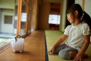 縁側に座る女の子と蚊取り豚の写真素材 [FYI02059584]