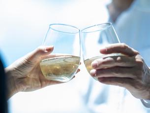 乾杯するミドル夫婦の手の写真素材 [FYI02059592]