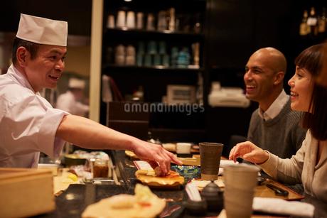 寿司屋で食事をする外国人の写真素材 [FYI02059594]