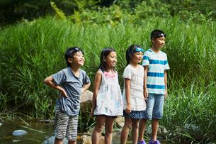 川に立つ笑顔の子供達の写真素材 [FYI02059604]