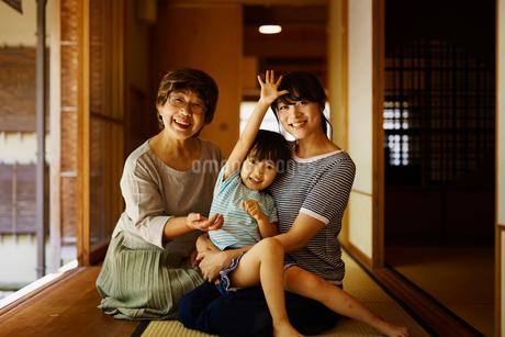 縁側でくつろぐ三世代女性ファミリーの写真素材 [FYI02059613]