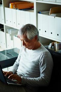 ノートパソコンを操作するシニア男性の写真素材 [FYI02059622]