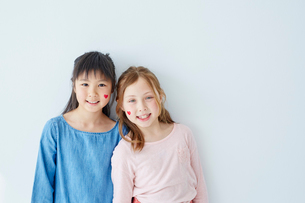 フェイスペインティングをした日本人と外国人の女の子の写真素材 [FYI02059625]