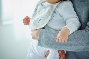 父親に抱かれる赤ちゃんの写真素材 [FYI02059640]
