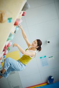 ボルダリングをする女性の写真素材 [FYI02059651]