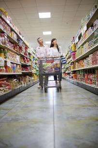 スーパーマーケットで買い物をする夫婦の写真素材 [FYI02059652]