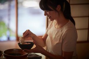ご飯をよそう日本人女性の写真素材 [FYI02059656]