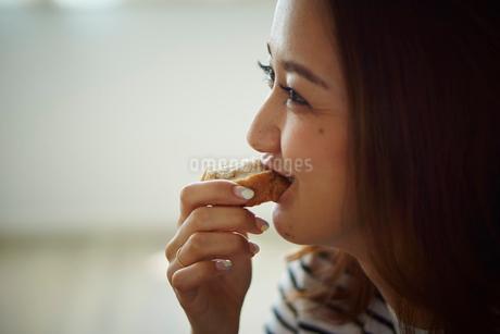 パンを食べる女性の写真素材 [FYI02059684]