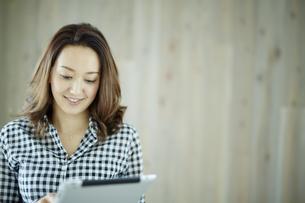 タブレットPCを見る女性の写真素材 [FYI02059710]
