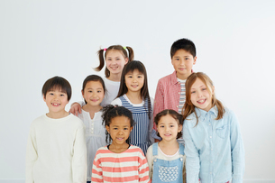日本人と外国人の子供たち8人の写真素材 [FYI02059713]