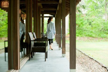 軒下を歩く女性の写真素材 [FYI02059714]