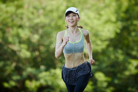 ランニングをする女性の写真素材 [FYI02059715]