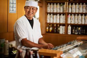 笑顔の寿司職人の写真素材 [FYI02059717]