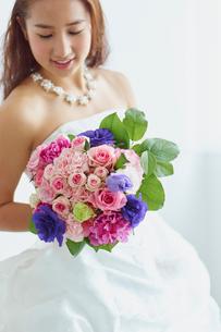 ブーケを持つ花嫁の写真素材 [FYI02059729]