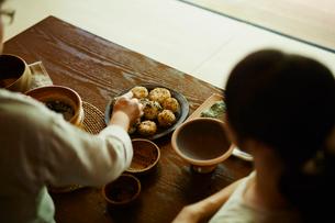 おにぎりを作る女性2人の写真素材 [FYI02059750]