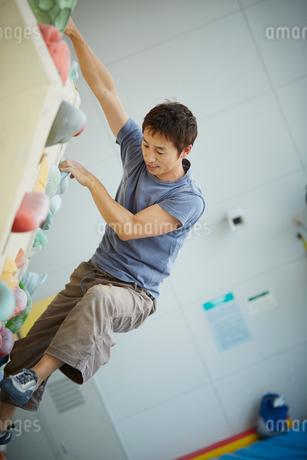 ボルダリングをする男性の写真素材 [FYI02059767]