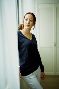 窓辺に立つ女性の写真素材 [FYI02059777]