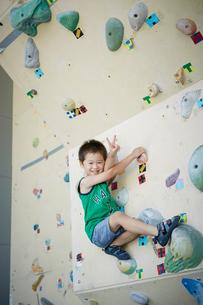 ボルダリングをする男の子の写真素材 [FYI02059794]