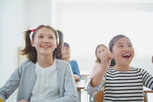 教室で勉強する日本人と外国人の女の子の写真素材 [FYI02059798]