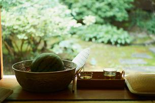 縁側のスイカと冷茶の写真素材 [FYI02059803]