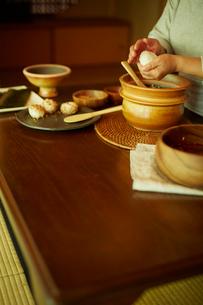 おにぎりを作るシニア女性の手元の写真素材 [FYI02059804]