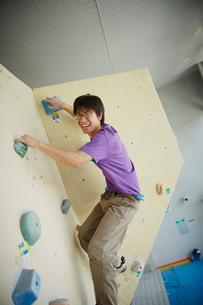 ボルダリングをする男性の写真素材 [FYI02059817]