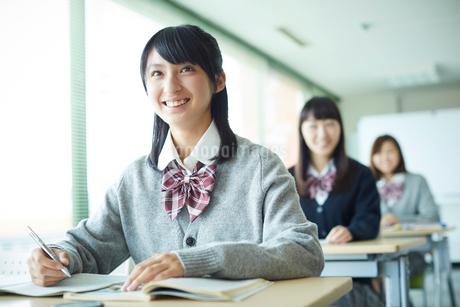 授業中の女子学生の写真素材 [FYI02059819]