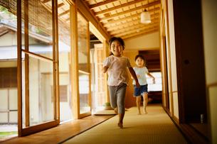 廊下を走る女の子2人の写真素材 [FYI02059821]