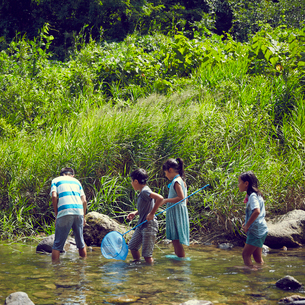 川遊びをする子供達の写真素材 [FYI02059826]
