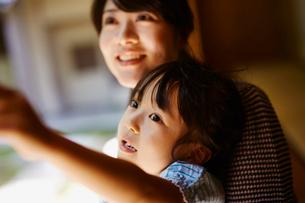 見上げる女の子と母親の写真素材 [FYI02059829]