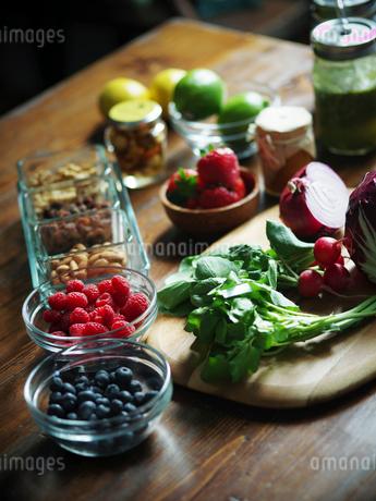 テーブルの上の野菜と果物の写真素材 [FYI02059830]