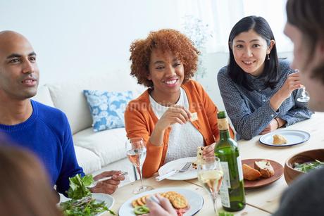 ホームパーティーをする外国人と日本人の写真素材 [FYI02059841]