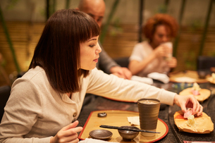 寿司屋で食事をする外国人の写真素材 [FYI02059844]