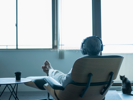 ヘッドフォンで音楽を聴くシニア男性の写真素材 [FYI02059851]