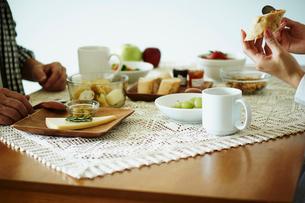 食事をするミドル夫婦の手元の写真素材 [FYI02059859]
