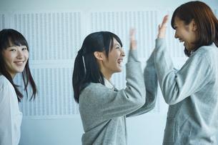 合格発表で喜ぶ女子学生の写真素材 [FYI02059866]