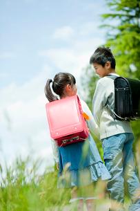 小学生の男の子と女の子の後ろ姿の写真素材 [FYI02059869]