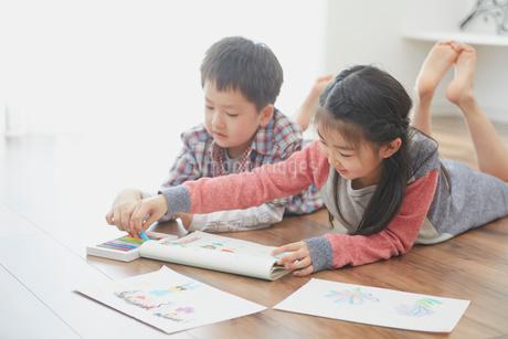 お絵描きをする男の子と女の子の写真素材 [FYI02059878]